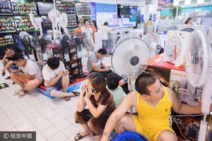 Từ ga tàu đến siêu thị: Muôn kiểu tránh nóng tại Trung Quốc