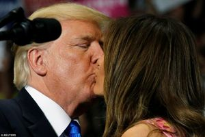 Ông Trump tình tứ bên phu nhân khi vận động thay thế Obamacare