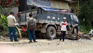 Xe tải mất lái cuốn 2 xe máy vào gầm, nhiều người thương vong