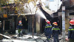 Ba cửa hàng ở Sài Gòn bốc cháy ngùn ngụt vào giữa trưa