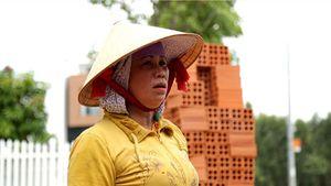 Những nữ thợ xây 'bán' tuổi thanh xuân cho con cái được học hành