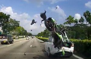 Clip: Vượt ẩu ôtô phía trước, biker 'nhận quả đắng'