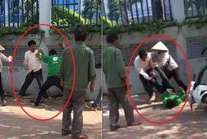 Xe ôm truyền thống và GrabBike cầm gạch đánh nhau giữa phố Hà Nội