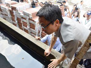 Phó thủ tướng kiểm tra từng bể nước tại ổ dịch sốt xuất huyết ở Hà Nội