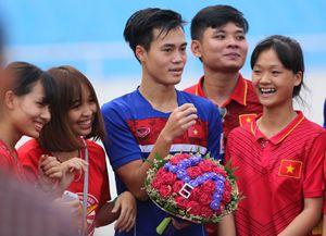 Fan nữ tràn xuống sân tặng hoa Văn Toàn trước trận gặp đội K.League
