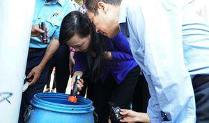 Bộ trưởng Y tế cầm đèn pin trực tiếp kiểm tra công tác phòng chống sốt xuất huyết tại TP.HCM