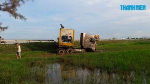 Xe container nổ lốp, lao xuống ruộng lúa ven quốc lộ 1A