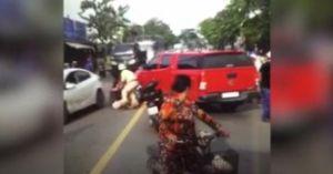 Clip hot tổng hợp 18.8: Lao ô tô giải cứu xe bán tải bị CSGT dừng