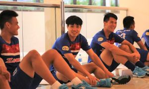 U22 Việt Nam tập ở hầm sân vận động vì trời mưa lớn
