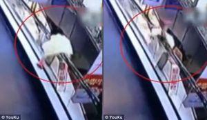 Bé gái 3 tuổi gặp nạn khi chơi ở thang cuốn một mình