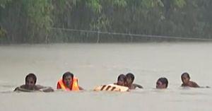 Clip: Học sinh bám sào tre vượt suối đến trường