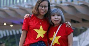 Sắc đỏ sao vàng xinh xắn giữa 'biển người' lễ khai mạc SEA Games 29