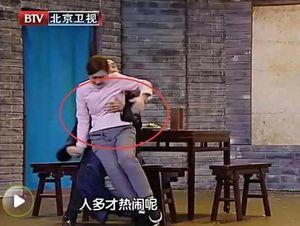 Sao nữ Trung Quốc bị sàm sỡ trước ống kính: Cảnh sống chung với lũ