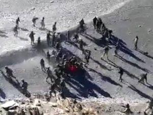Lính Trung Quốc và Ấn Độ trút 'mưa' nắm đấm và gạch đá vào nhau