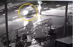 Clip: Chạy nhanh trong đêm mưa, nam thanh niên tông thằng vào cột điện