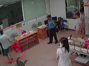 Vụ bác sĩ 115 bị đánh: Chủ tịch phường cầm ghế 'định ngồi' hay 'xông vào đòi đánh'?