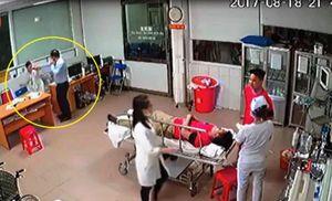 Vụ giám đốc đánh nữ bác sĩ: Chủ tịch phường chỉ cầm ghế để ngồi