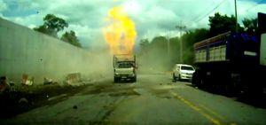 Xe tải mất phanh, lật bốc cháy giữa đường