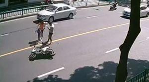 Xe máy gặp tai nạn lộn nhào trên đường và cái kết bi hài