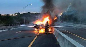 Máy bay bốc cháy ngùn ngụt trên đường cao tốc