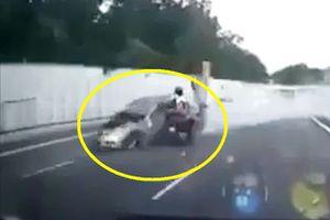 Clip: Xe Mercedes gây tai nạn liên hoàn, tài xế tử vong tại chỗ