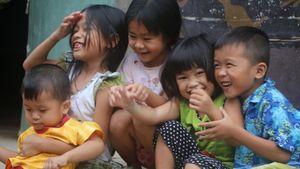Những đứa trẻ 'khát' chữ ở xóm nhà lá giữa lòng Sài Gòn