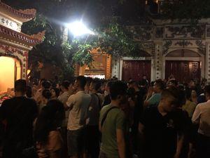 Tối muộn, dân Thủ đô chen chân lễ Phủ Tây Hồ tháng 'cô hồn'