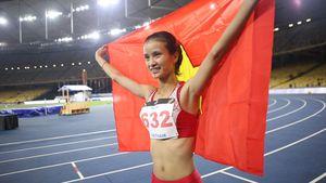 Vũ Thị Ly khoác cờ Tổ quốc chạy khắp sân mừng HCV 800 m
