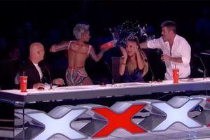 VIDEO: Mel B của Spice Girls hắt nước vào Simon Cowell vì chuyện đêm tân hôn