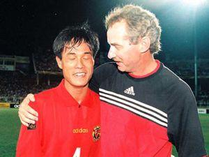 Xem HLV Hữu Thắng 'kèm chết' HLV Thái Lan trong chiến thắng lịch sử Tiger Cup 1998