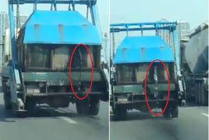 Clip xe chở rác phun nước thải đầy đường ở Hà Nội