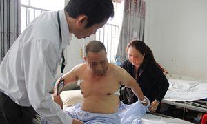 Chủ tiệm tóc bị truy sát tại khoa cấp cứu sau khi bị đâm 6 nhát