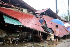 Một người chết, 800 ngôi nhà bị sập đổ và hư hỏng do bão số 6
