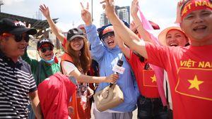 Khán giả đội nắng cổ vũ trận quyết định với Thái Lan