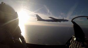 Xem chiến cơ Đan Mạch chặn máy bay ném bom Nga