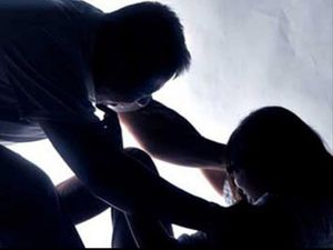 Bé gái 9 tuổi bị kẻ cướp hiếp dâm khi ở nhà một mình