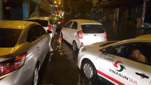 Đường Sài Gòn ngập, tài xế xe 4 chỗ 'bó gối' trong ôtô chờ nước rút