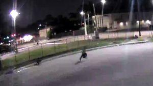 Thiếu nữ đi bộ trên phố đêm bị cướp đè xuống đường giật túi