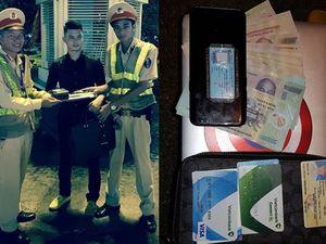 Hà Nội: Cảnh sát giao thông trả cặp chứa kim cương cho người mất