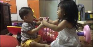 Bé gái mới 2 tuổi rưỡi đã giúp bố mẹ chăm em trai siêu dễ thương