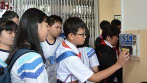 Quản lý học sinh bằng thẻ: Phụ huynh cầm smartphone biết con đi học muộn
