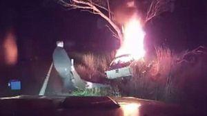Người đan ông kéo tài xế bất tỉnh khỏi chiếc xe đang bốc cháy ngùn ngụt