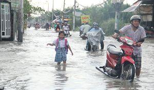 Người Sài Gòn dắt xe 'lội sông' cả km vì đường ngập nặng do triều cường