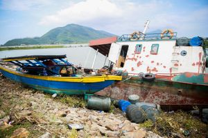 Ngư dân khóc ròng nhìn hàng chục tàu cá mắc cạn sau bão