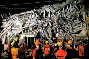 Người Mexico len lỏi giữa đống đổ nát tìm kiếm nạn nhân động đất