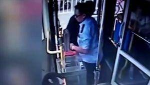 Hành động của tài xế xe buýt khiến triệu người xúc động