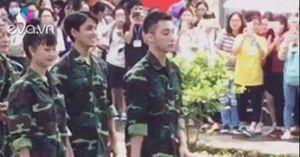 Sơn Tùng MTP mặc đồ lính xuất hiện cực điển trai tại trường Khoa học Xã hội và Nhân văn