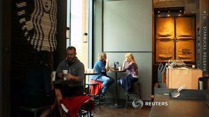 Starbucks Anh biến rác thải thành đồ nội thất