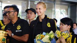 Dortmund đưa nữ HLV xinh đẹp sang Việt Nam