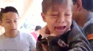 Video em bé òa khóc khi được kéo ra từ đống đổ nát của trận động đất gây xúc động